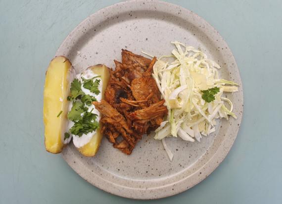 Pulled pork, gepofte aardappel en coleslaw