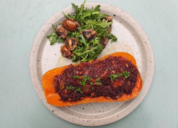 Gebakken pompoen, gevuld met tomaat, hazelnoten en rijst en slaatje met escabeche van paddenstoelen