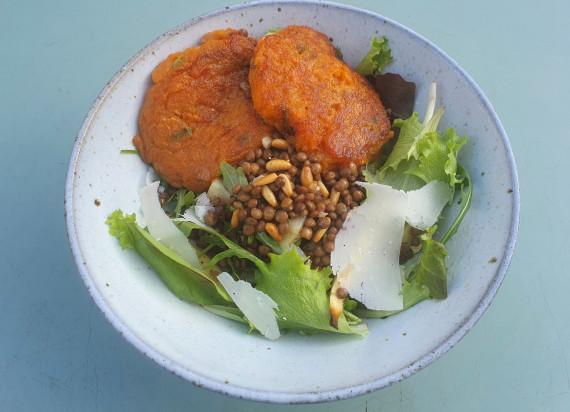 Salade van linzen en geroosterde pastinaak met gebakken zoete aardappel