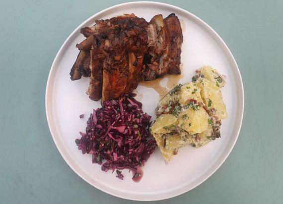 Geglaceerde spareribs, aardappelsalade en gemarineerde rode kool