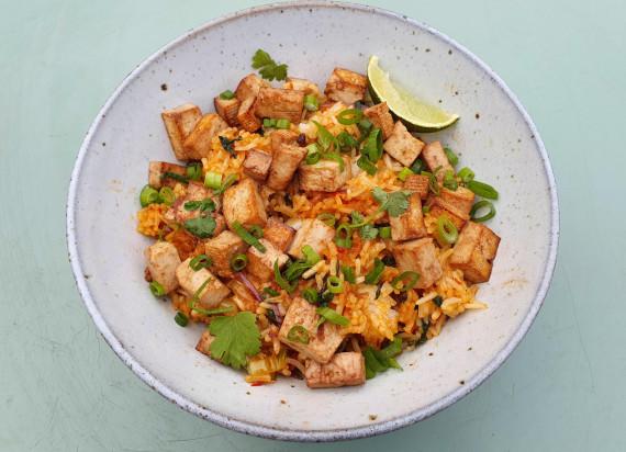 Vegetarische nasi goreng met paksoi, broccoli en tofu
