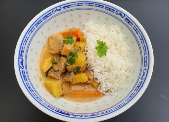 Massaman curry met rundsvlees, pinda en gestoomde rijst