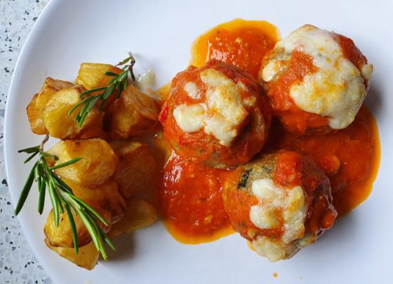 Balletjes in tomatensaus uit de oven met rozemarijn aardappelen