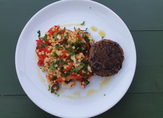 'Black bean burger' met salade van fregola, geroosterde paprika en feta