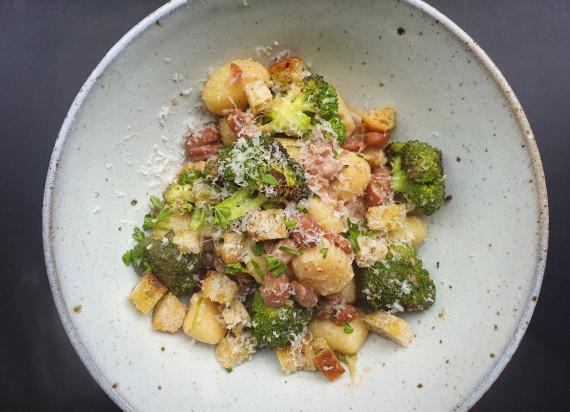 Gnocchi met broccoli, bonen en parmezaanse kaas